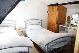 De tweede slaapkamer op de etage.