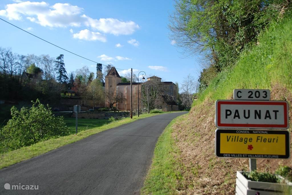Binnenrijden van het dorp Paunat, met op de achtergrond de 'abbatiale'