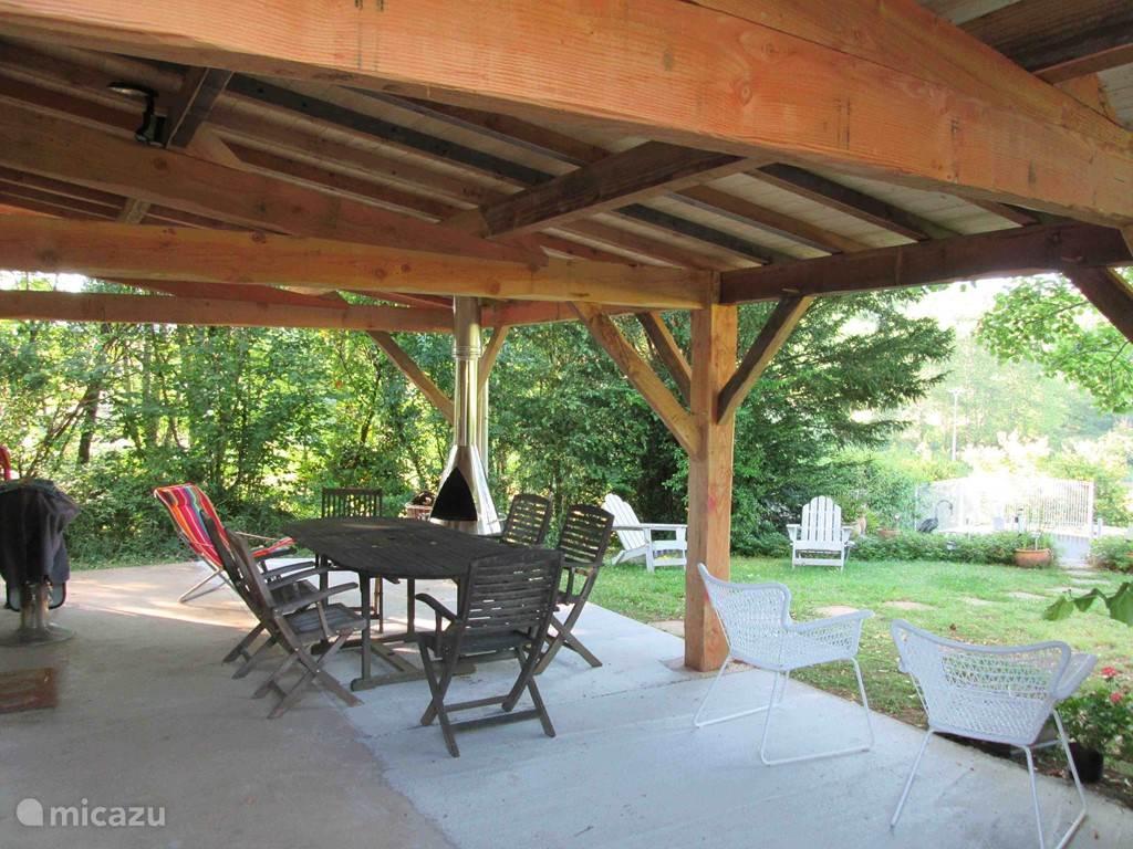 De nieuwe patio (gebouwd in april 2014) zorgt ervoor dat ook bij regenweer buiten gegeten kan worden. En wanneer het 's avonds wat killer wordt kan het haardvuur op de patio zorgen voor een gezellige warmte.