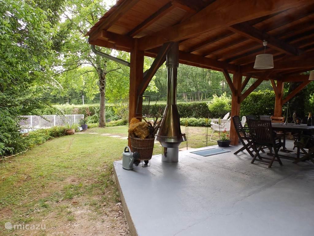 Zicht op de tuin vanaf de patio
