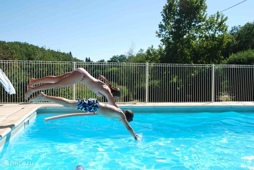 Een frisse duik in het ruime zwembad