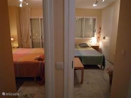 De 2 slaapkamers vanuit de hal gezien