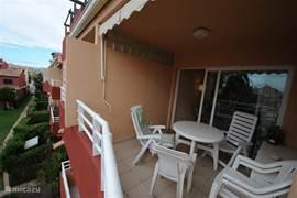 Het balkon aan de binnentuin met zwembad