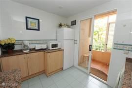 Keuken met schuifdeuren naar het balkon