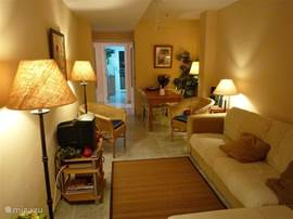 Sfeervolle lichte woonkamer met zithoek en eettafel