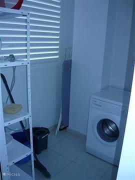Ook in de handige bijkeuken is een goede wasmachine is aanwezig. Opbergrek stofzuiger en anderen schoonmaakbenodigdheden.