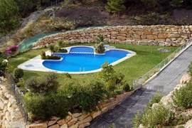 Panoramisch zwembad voor volwassen en een apart bad voor de kleintjes. Zonneweide en appart toilet aanwezig. Makkelijd te bereiken via lift en trap.