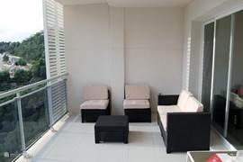Even loungen op het terras. Er is ook een lounge set op het dakterras aanwezig.
