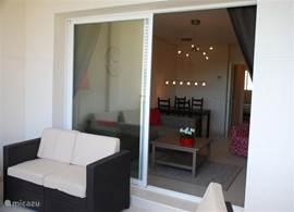 Toegang vanuit de gezellige woonkamer naar het overdekte terras met geweldig uitzicht!