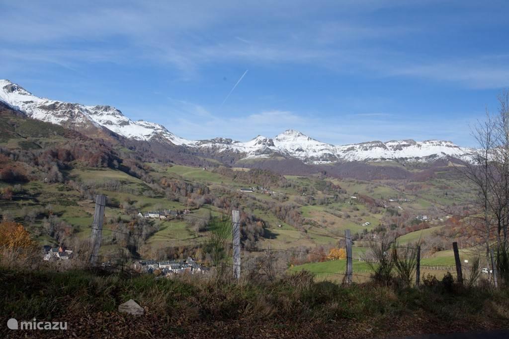 De besneewde toppen van de uitlopers van het Centraal Massif