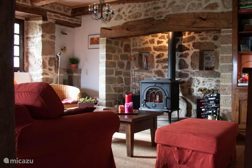 De woonkamer met de gezellige houtkachel