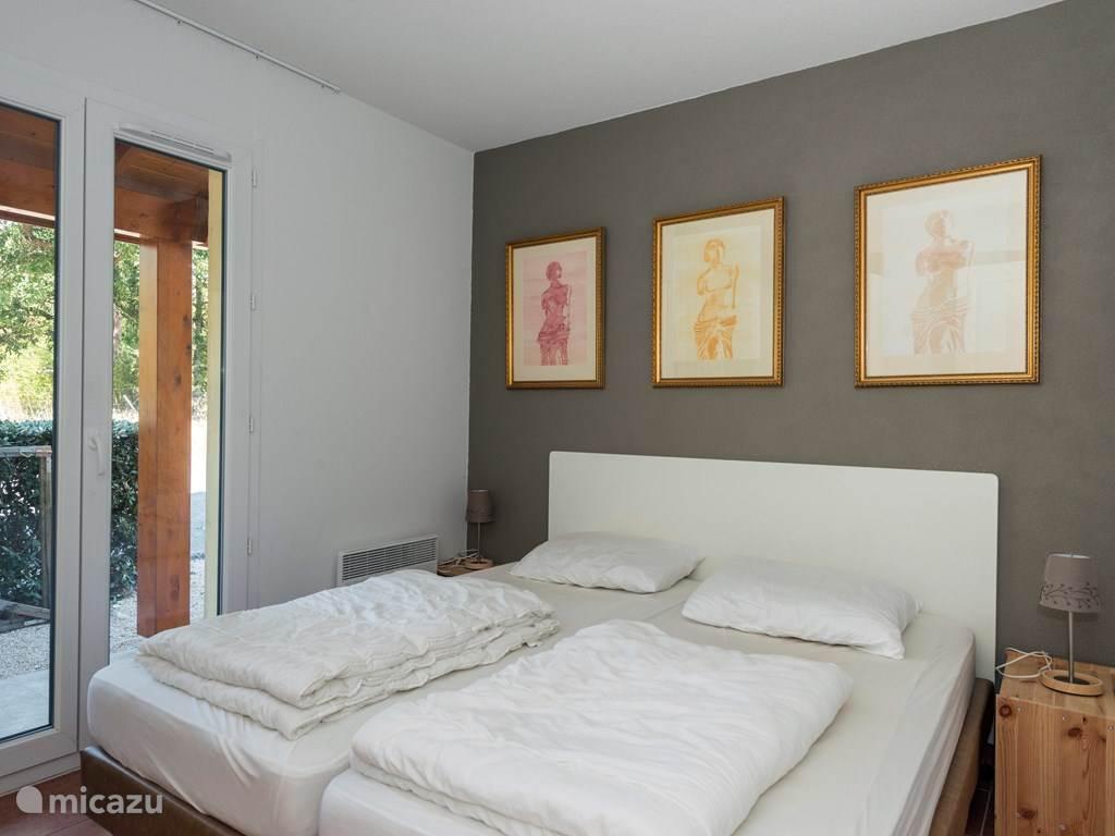 Alle slaapkamers hebben extra lange en brede bedden van 90 x 210 cm. En hebben elk een eigen kleur
