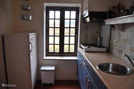 Keuken met uitzicht over het dal. De keuken is eenvoudig maar wel voorzien van alle apparatuur.