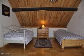 Slaapkamer boven met 2 1-persoonsbedden
