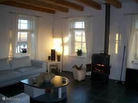 Knusse woonkamer met prachtig uitzicht over het water, de rietvelden en weilanden.Elk raam heeft een vrij uitzicht.