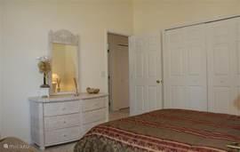 Deze gezellige en ruime slaapkamer ligt aan de voorkant van de villa. Naast het full size bed is er een bankje om lekker in te luieren met een goed boek die u uit de kast in woonkamer haalt.