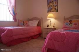 Voor al onze prinsessen is er de princess room. De beddecoratie kan vervangen worden voor een neutrale variant maar de gordijnen niet.