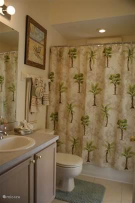 Palm tree badkamer. Geeft toegang tot het terras met zwembad en is gelegen naast de kamer golf
