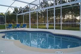 Zonsopgang aan het zwembad, hier is het langzaam wakker worden.