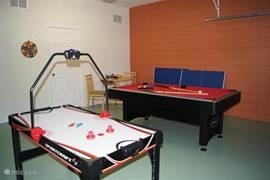 De garage is omgebouwd tot games room. Een kindvriendelijk dartbord, (kinder)airhockey, pool-tafel die op eenvoudige wijze is om te bouwen tot tafeltennis tafel en een springtouw om in conditie te blijven.