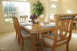 Het is heerlijk (na)tafelen in deze zonnige eetkamer