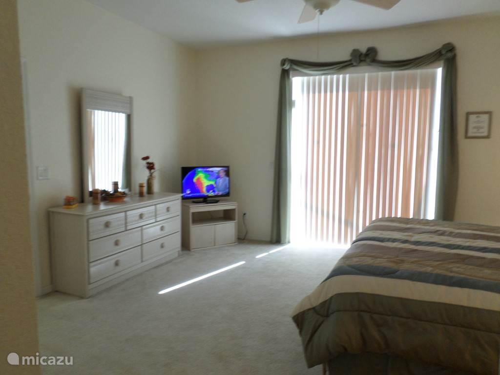 De master bedroom heeft een badkamer ensuite en geeft middels een schuifpui toegang tot het terras. Het beddengoed kan variëren.