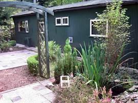 De tuin met twee terrassen.
