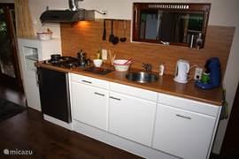 De volledig ingerichte keuken.