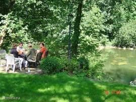 Gezellig terras aan het water.U vindt in de tuin altijd een plekje in de zon of in de schaduw.