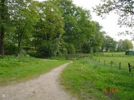 Vanuit de bungalow te voet naar het stadje Ootmarsum is het een kwartier lopen.