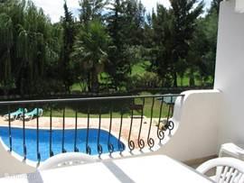 Vanaf het terras kijkt men direct op het heerlijke zwembad. ideaal om bijvoorbeeld de kinderen in de gaten te houden. Direct daarachter ligt de 13e hole van de Golfbaan.
