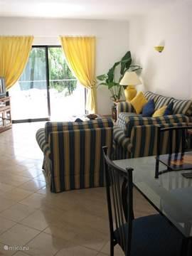 De woonkamer is groot, zonnig en comfortabel.