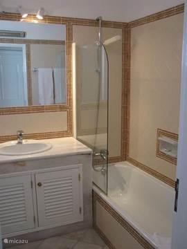 2 luxe badkamers, met ligbad, douche en beiden voorzien van toilet/bidet