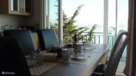 Keuken met openslaande deuren naar balkon met een fantastisch uitzicht op de baai van Cannes. Hier valt altijd wat te zien.. watersporters, prachtige yachten en een helder blauwe zee!