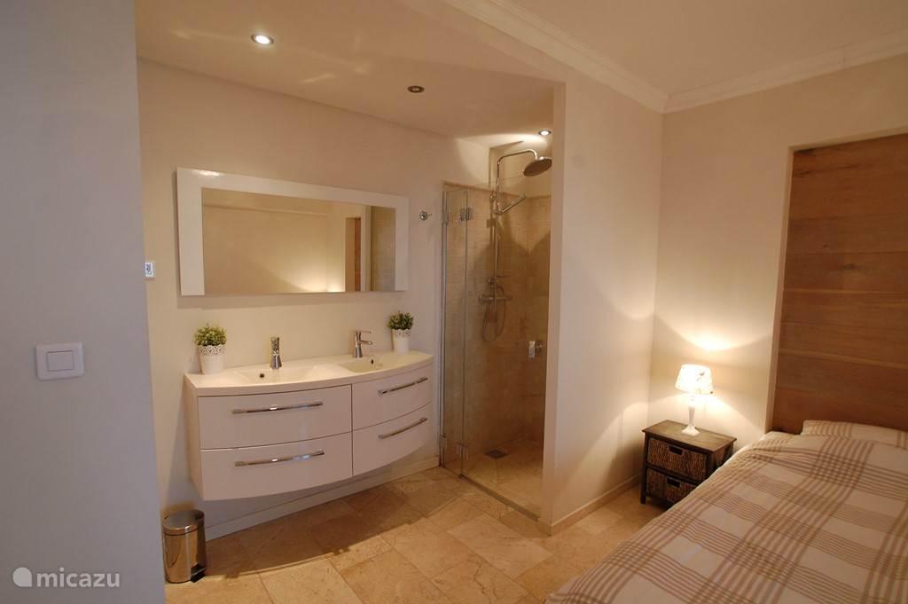 Beide badkamers zijn voorzien van een 2 persoons badkamermeubel, stort- en handdouche en een apart toilet.