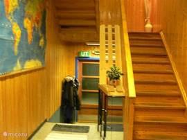 Henseid Skole, trappenhuis naar de toiletten, douches en recreatie- lokaal.