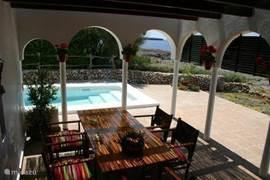 Vanaf het terras prachtig uitzicht op het zwembad en de zee.