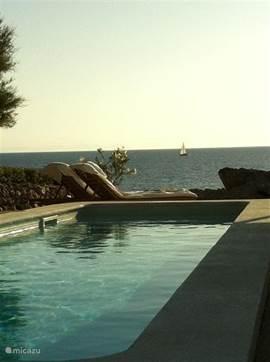 bootjes kijken vanuit het zwembad