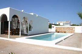 Het nieuwe zwembad met de uitbreiding van het terras.