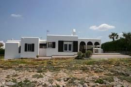 Extra groot terras aan de zeezijde van het huis, heerlijk vol in de zon.