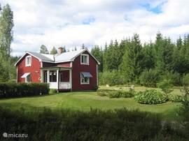 Prachtig Zweeds vakantiehuis, met grote tuin (2300m2) waar kinderen naar hartelust kunnen spelen op de trampoline, schommel of in het zwembad.