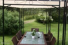 Heerlijk buiten zitten in de tuin in de luxe tuinset.