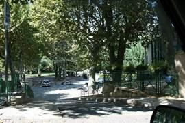 Deel van het dorpsplein van Flassans In de zomer vinden hier vele activiteiten plaats.