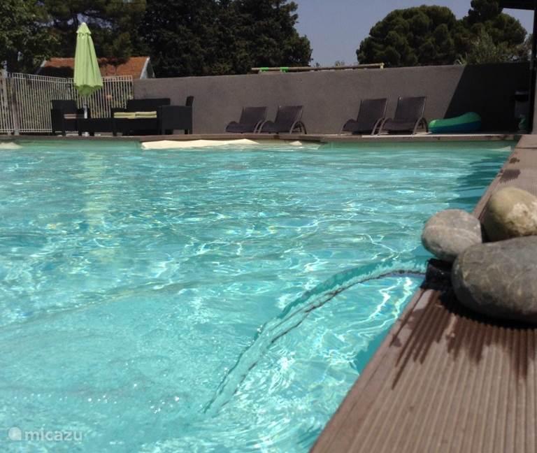 Verfrissing in een leuk zwembad overal 115 cm diep met een instaptrap.