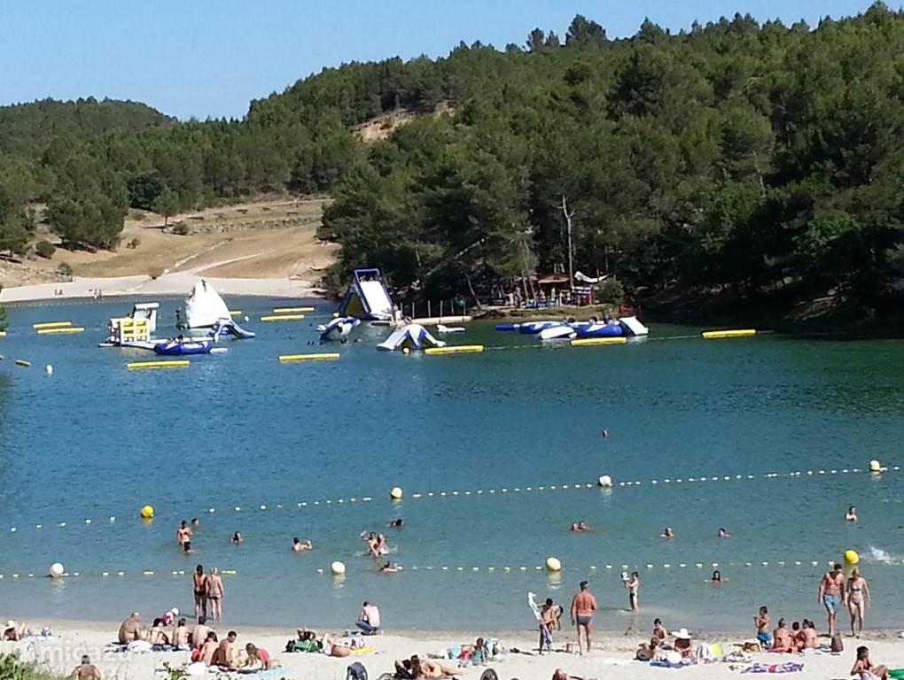 Lac de Cavayere.  24 km van ons vakantiehuis, in de directe omgeving van Carcassonne.   Leuke mogelijkheden: strand, zwemmen, acroaquapark,  touwenparcours, pedalo en ook prachtig wandelen.