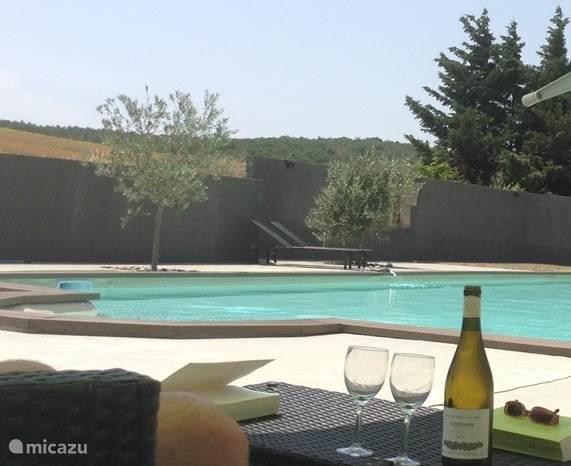Vernieuwd zwembad (14 x 7), met de nodige ruimte en schitterend panorama.