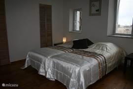 Kamer op de eerste verdieping, voorzien van 2 nieuwe eenpersoonsbedden.  Ze kunnen gemakkelijk aan elkaar geschakeld worden.