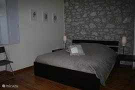 Masterroom met eigen badkamer. Nieuw bed + matras.