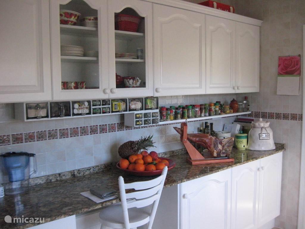 de gezellige keuken is van alle gemakken voorzien