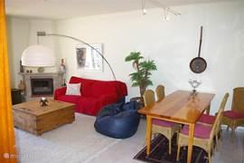 Eettafel en woonkamer met open haard (voor winterverhuur)